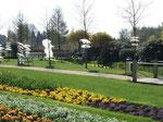 """""""Baumröcke"""", Flies, Draht, BT 30 - 90 cm, H 5 - 20 cm, Bad Zwischenahn, Park der Gärten, BBK, 2006"""