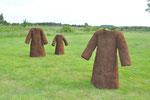 """"""" Torfmäntel"""", Torffasern, Hasendraht, Rupfenstoff, ca. B 100 cm, H 180 cm, T 50 cm, Bramsche 2009"""