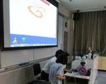 デルタシグマの女子学生がAutodesk 123Dを指導しています