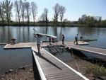 Die Kleinboote gehen zu Wasser
