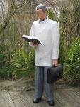 Pappmaschee-Figur-Lesender-Mann