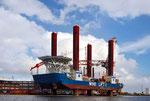 """Spezialschiff """"Wind Lift 1"""" für die Konstruktion von Offshore-Windparks, Fa. BARD (Foto: Carschten)"""
