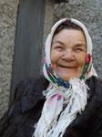 Eine fröhliche Frau, die von ihrem Leben und von ihrer Kindheit in der Ukraine erzählte.