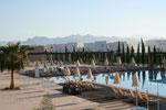 Blick auf den Pool vom Hotel
