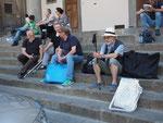 kleine Erholungspause auf der Treppe an der Piazza Annunziata im Schatten