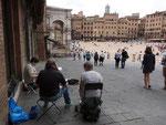 hier ist die Gruppe dabei, den Blick auf die Piazza malerisch einzufangen