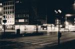 Ecke König-/Düsseldorfer Str. bei Nacht