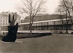 Die alte Mercatorhalle. Links hinter der Ladera-Plastik der Duisburger Hof.
