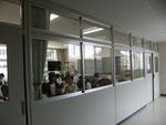 空調のある教室と開放的な廊下