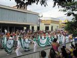 Tanzgruppen aus verschiedenen Stadtteilen...