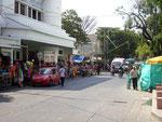 Jede Menge Straßenhändler auf den Bürgersteigen