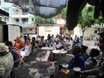 Gemeinschaftliches Fußballgucken in der Mittagssonne