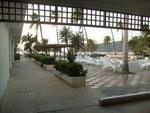 Blick aus der Lobby auf den Pool
