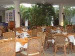 Das zum Strand offene Restaurant