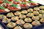 Crevetten-Gurken Taler und Bruschetta