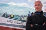Uwe Wendt vor seiner Extra 300L