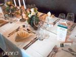 Hochzeitstisch mit Menü-Säulen und Tischkarten