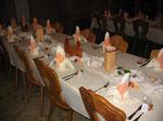 Hochzeitstisch mit Menü-Säulen, Tischkarten und beleuchtete Schiffchen