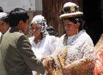 Bolivianische Hochzeit! Das Brautpaar und die Angehoerigen werden mitj Konfeti beschmissen