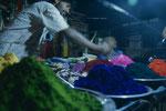 Farbverkäufer in der Nacht vor Holi