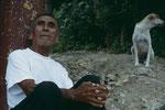 Mann in einen kleinen Dorf in der Nähe von Flores