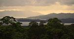 Der See Arenal am Abend.