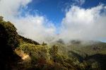 Beim Absieg kamen wir in die Wolkendecke, es ergab sich eine bizarre Landschaft.