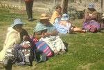 Amauta - Die älteren Menschen geniessen das Grün im Tal