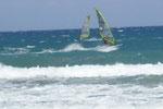Am Strand Karavostasi nahe dem Dorf Istron tummeln sich gerne Surfer und Kiter