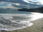 Aufnahme des Karavostasi-Strandes nahe dem Dorf Istron.