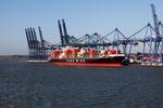 Containerschiff im Hafen von Felixtowe (England)