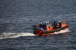 die Zoll-Mannschaft auf dem Weg zu ihrem Schiff