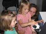 kleine Kinderhände beim vorsichtigen Streicheln