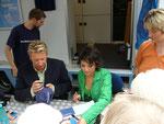 Madeleine und Ludger beim Autogrammeschreiben
