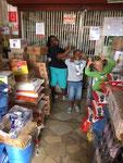 Geld abheben in Chalinze in einem Wholesale Shop - irgendwie eine verrückte Sache! aber die näheste Möglichkeit von Lugoba aus -  25 Kilometer von Lugoba entfernt