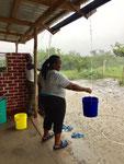 es Regnet und wir sammeln so viel Wasser wie möglich auf...