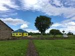 Sicht vom Hühnerstall zum Mainhaus und Njumba Simba