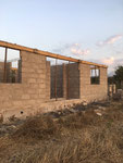 Njumba Twiga 9. Oktober 2017 - die Fenster- und Türöffnungen bekommen Betonstürze