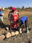 Mathias übernimmt das genaue platzieren der Steine
