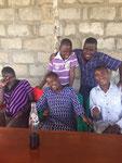 Hinten: Johny (Primarschulkind) Moses (Baba vom 1. Njumba Mteja) Vorne: Happy, Salmada & Bashiru (künftige Klienten)