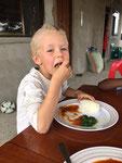 Lionel liebt Ugali (Maisbrei) mit Sauce... (ich denke er liebt es alles von Hand zu essen)