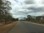 die Hauptstrasse durch Lugoba - Hauptverbindungsstrasse von Dar es Salaam nach Arusha im Norden von Tansania