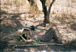 Il letto di un fottuto bracconiere. Ma può servire a riposare dopo una marcia in savana. Insieme da allora...