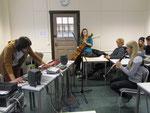 Workshop-Teilnehmerinnen spielen Instrumente ein