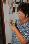 Maria mit ihrem sprechenden Gelbseitensittich