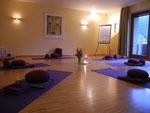 Yogaraum. Yoga wird im Meditationsraum praktiziert