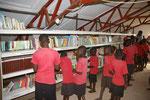 2015 Jakobus hat neue Bücher für die Bibliothek mitgebracht
