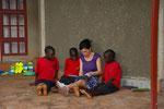 2013 Dagmar Weigele liest den Kindern vor