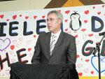 Herr Schulrat Pfeuffer streift den beruflichen Werdegang von Herrn Glaab und spricht ihm seinen Dank für die geleistet Arbeit aus