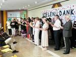 """Zum Abschluss der Feier sang der Lehrerchor der HSH u.a. das Lied: """"Möge uns die Straße zusammenführen bis wir uns wieder seh´n""""."""